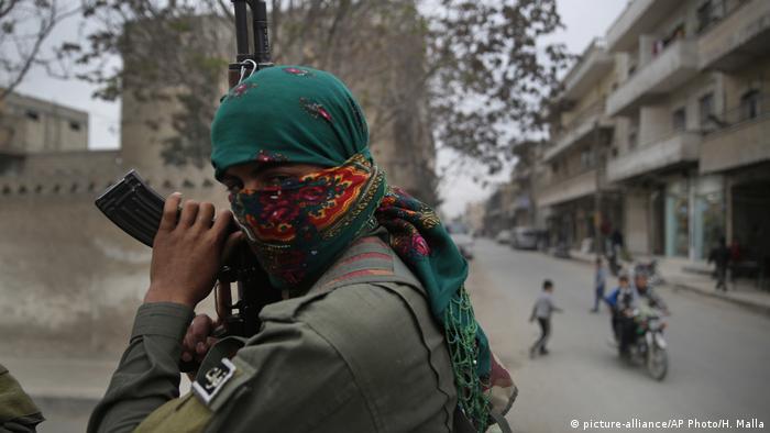 Kurdischer Kämpfer in Manbidsch