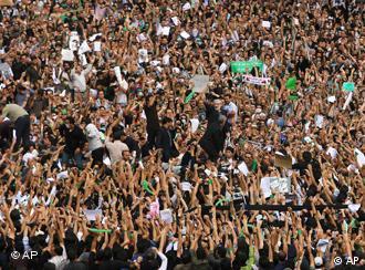 تظاهرات در تهران، ۲۷ خرداد سال گذشته − عکس حضور موسوی را نیز در میان مردم ثبت کرده است