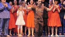 Der mexikanischen Choreograph und Tanzpädagoge Miguel Angel Zermeño hat mit 100 Bonner Schülern das Tanzprojekt Leonore, nach der einzigen Oper von Beethoven, im Opernhaus Bonn aufgeführt. *** Ulla Hagedorn Mai 2009, Bonner Opernhaus