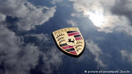 Porsche logo (picture-alliance/dpa/U. Zucchi )