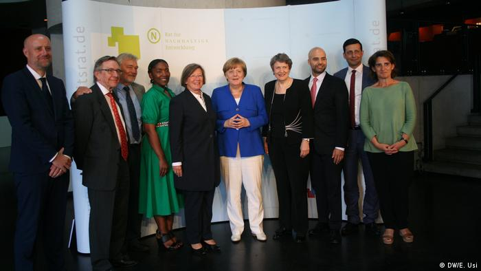 La canciller alemana Angela Merkel, con el grupo de expertos internacionales.
