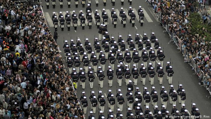 Argentinien 2010 Militärparade in Buenos Aires (picture-alliance/dpa/S. Rios)