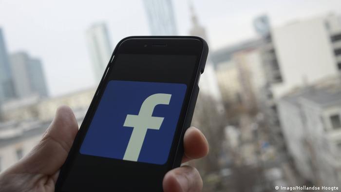Facebook Smartphone (Imago/Hollandse Hoogte)