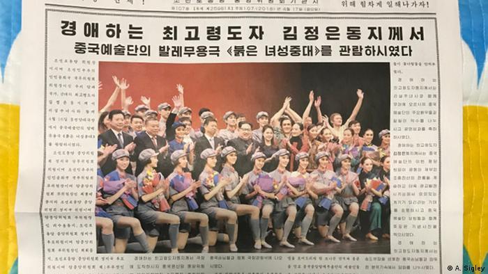 Kim Jong Un umringt von den Tänzern des chinesischen Staats-Balletts: Zeitungsartikel aus der Rodong Sinmun (A. Sigley)