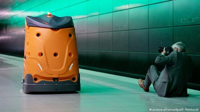 Робот-пылесос в метро Гамбурга