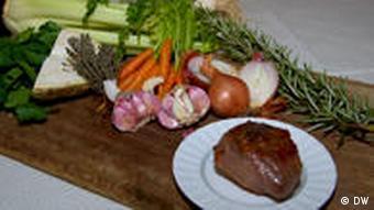 Kalbsbacke mit Gemüse auf einem großen Küchenbrett (Foto: DW)