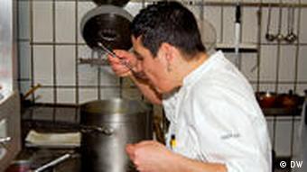 Douce Steiner probiert die Sauce zur geschmorten Kalbsbacke (Foto: DW)