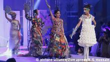 Pakistan Lahore Schüler beim Recycling Fashion Fest