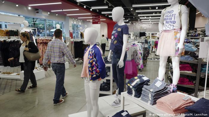 Photo: Mannequins at a Target store in the US wearing clothes made from recycled plastic bottles (Source: picture-alliance/AP Photo/M. Lennihan)