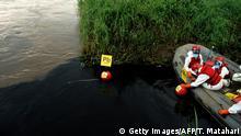 Indonesien Fluss durch Chemikalien einer Textilfabrik verschmutzt