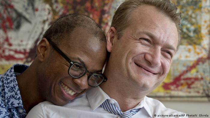 Amerkanisch/Rumänisches Pärchen - Clay Hamilton und Adrian Coman (picture-alliance/AP Photo/V. Ghirda)