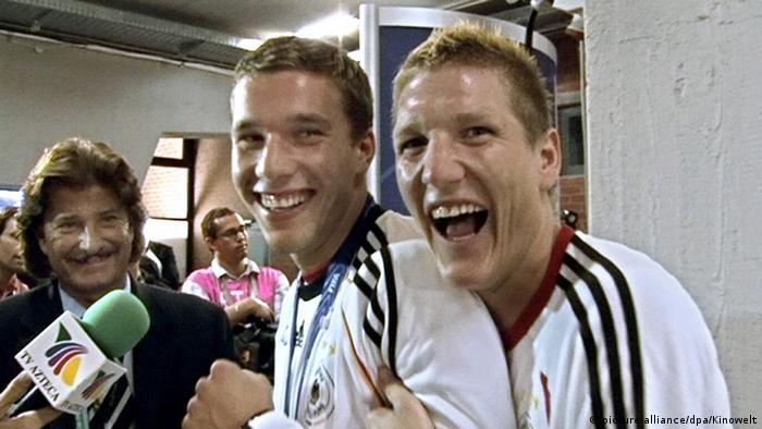 На этом кадре из документального фильма Германия. Летняя сказка режиссера Зёнке Вортмана запечатлены два футболиста – Лукас Подольский и Бастиан Швайнштайгер.
