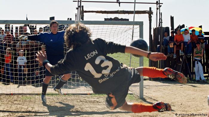 Это кадр из немецкого фильма Дикая банда 2: Сорванцы снова в игре 2005 года, который рассказывает о побеждающей все препоны страсти к футболу, о верной дружбе и первой любви.