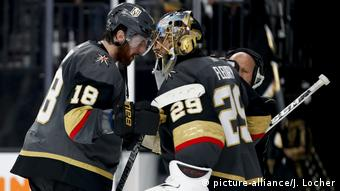 USA, Las Vegas: Eishockey Vegas Golden Knights nach dem Sieg (picture-alliance/J. Locher)