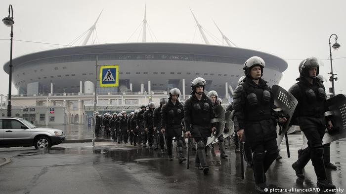Policijske snage ispred stadiona u St. Peterburgu
