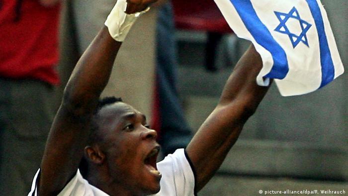 WM 2006 - Tschechische Republik - Ghana: John Pantsil mit Israelischer Flagge (picture-alliance/dpa/R. Weihrauch)