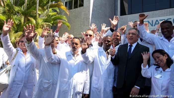 Alexandre Padilha ao lado de médicos estrangeiros participantes do Mais Médicos, em agosto de 2013