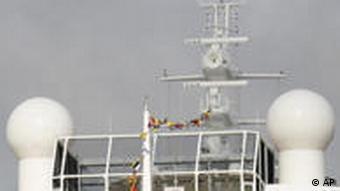 Ein Schlepper schleppt ein Kreuzfahrtschiff