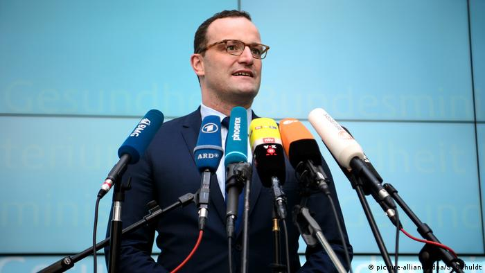 German Health Minister Jens Spahn addresses reporters (picture-alliance/dpa/S. Schuldt)