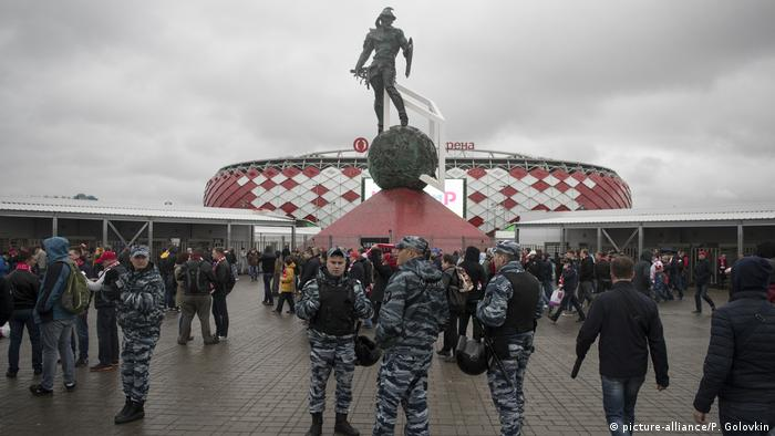 Security forces outside the Spartak stadium in Moscow during a game between Russian national teams (picture-alliance/P. Golovkin)