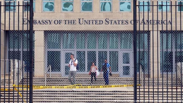 Workers at the U.S. Embassy in Havana leave the building on Sept. 29, 2017, after the State Department announced that it was withdrawing all but essential personnel from the embassy because Cuba could no longer guarantee diplomats' safety (picture-alliance/abaca/TNS/E. Michot/Miami Herald)