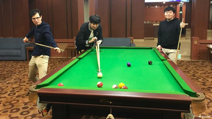 Alek Sigley, australischer Austauschstudent in Pjöngjang beim Billard spielen (privat)