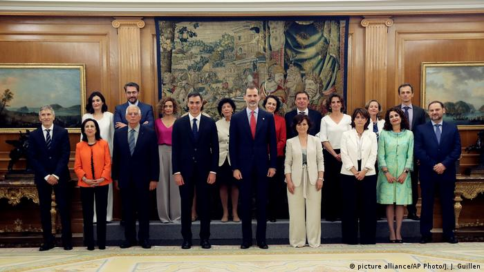 Members of the new Socialist government with Prime Minister Pedro Sanchez (picture alliance/AP Photo/J. J. Guillen)