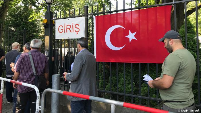 Almanya'da yaklaşık 1 milyon 440 bin kayıtlı Türkiye kökenli seçmen bulunuyor.