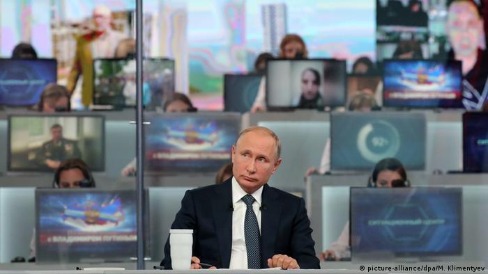 Russlands Präsident Putin bei TV-Show Direkter Draht (picture-alliance / dpa / M. Klimentyev)