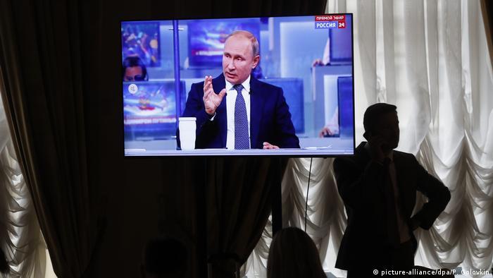 Президент России Владимир Путин во время Прямой линии, 2018 год