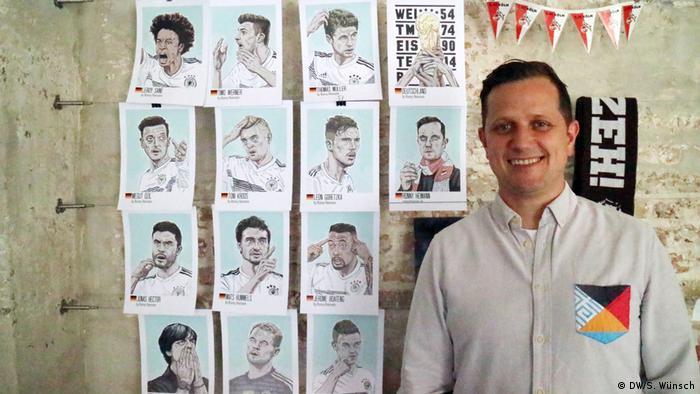Tschutti Künstler - Der Kölner Grafikdesigner Ronny Heimann vor seinen Fußballer-Porträts