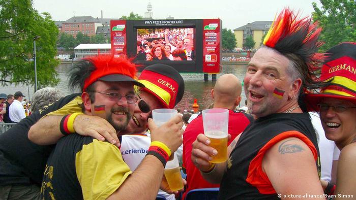 ЧМ по футболу – немецкие фанаты в пивном саду