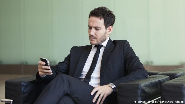 Менеджер со смартфоном