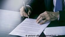 Symbolbild Geschäftsmann mit Dokumenten