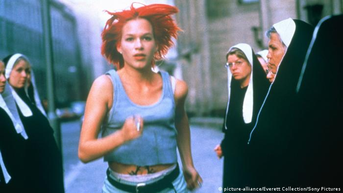 a woman runs with nuns looking on (picture-alliance/Everett Collection/Sony Pictures)