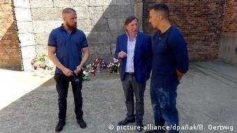 Ο αντιπρόεδρος της Διεθνούς Επιτροπής του Άουσβιτς Κρίστοφ Χόιμπνερ ξεναγεί τους δυο ράπερ