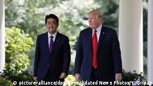 USA | Donald Trump trift japanischen Premierminister Shinzo Abe (picture-alliance/dpa/Consolidated News Photos/Y. Gripas)