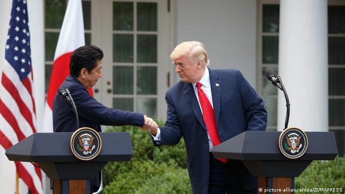 USA   Donald Trump trift japanischen Premierminister Shinzo Abe