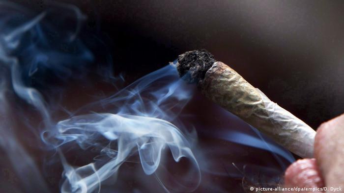 Mann raucht Marijuana