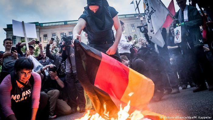 حضور مخالفین برگزاری اجلاس گروه هفت در روزهای اخیر و بهخصوص روز جمعه بیشتر مشهود بود. برخی از عناصر تندرو پرچم کشورهای گروه هفت را به آتش کشیدند. (عکس از آتش زدن پرچم آلمان در شارلووا در نزدیکی لامالبه)