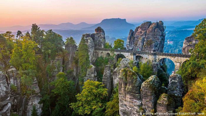 Bastei Bridge in the Elbe Sandstone Mountains in Saxony (picture-alliance/Dumont Bildarchiv/P. Hirth)