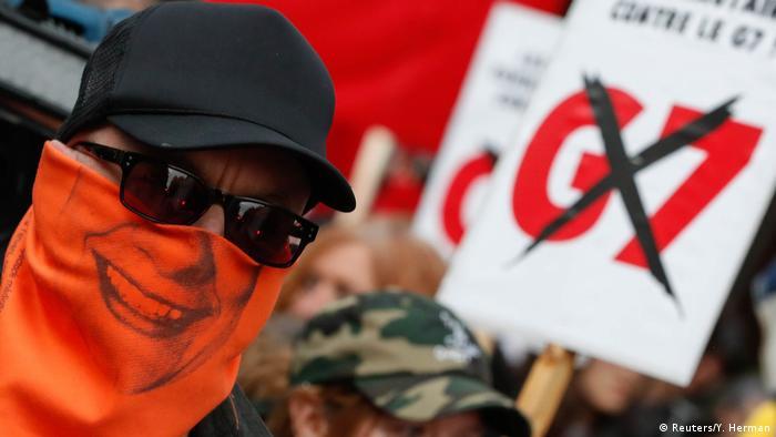 در مجموع به نسبت دیگر اجلاسها تعداد تظاهرکنندگان و مخالفین کمتر بود. اکثر برنامههای اعتراضی در مرکز استان کبک برگزار شد. حضور افراد و گروههای رادیکال باعث شد تا برخی از فروشگاهها از شیشههای ویترینها با نصب تخته حفاظت کنند. در روز جمعه که روز ایجاد مزاحمت در روند برگزاری اجلاس اعلام شده بود، تعدادی از ساختمانهای دولتی، مدارس و مهد کودکهای تعطیل شدند.