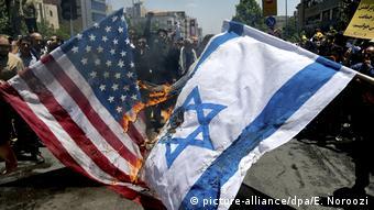 Συνήθης εικόνα στου δρόμους του Ιράν: οι σημαίες των ΗΠΑ και του Ισραήλ γίνονται παρανάλωμα πυρός