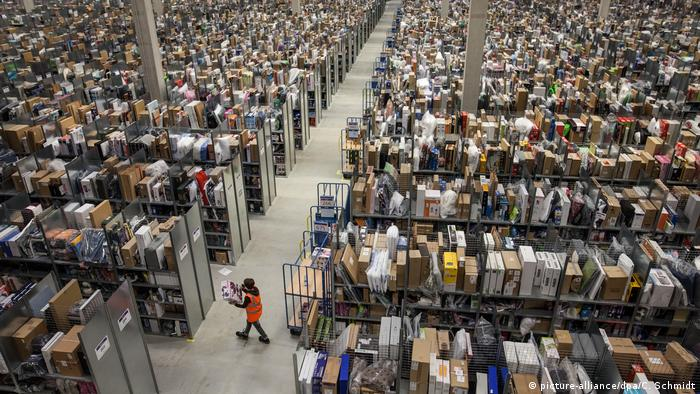 Deutschland, Pforzheim: Symbolbild Amazon Logistikzentrum (picture-alliance/dpa/C. Schmidt)