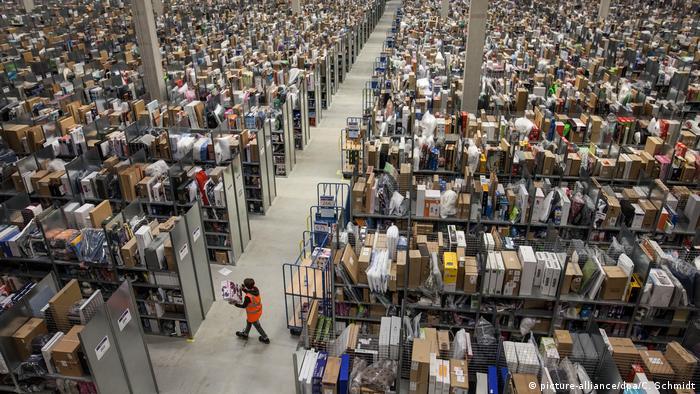 Deutschland, Pforzheim: Symbolbild Amazon Logistikzentrum