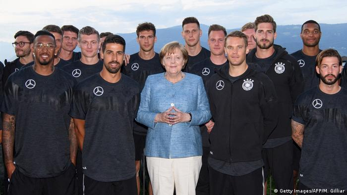 Chancellor Angela Merkel with Germany's national football team (Getty Images/AFP/M. Gilliar)