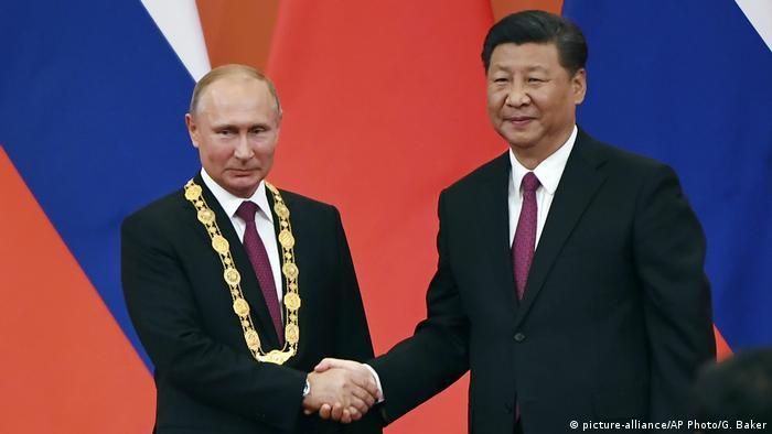 China, Bejing: Präsident Putin und Präsident Xi Jinping geben sich die Hand (picture-alliance/AP Photo/G. Baker)