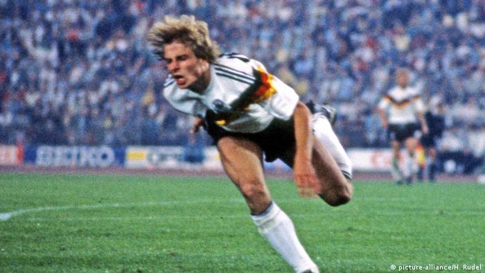Former player and national coach Jürgen Klinsmann taking a dive (picture-alliance/H. Rudel)