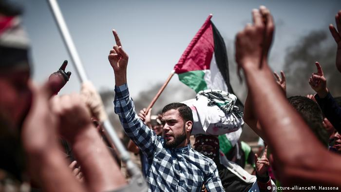 Palestinians protest in Gaza (picture-alliance/M. Hassona)