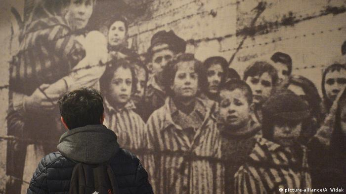 Visitor looks at huge photo of prisoners at Auschwitz-Birkenau (picture-alliance/A. Widak)